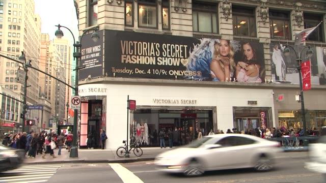 vídeos de stock, filmes e b-roll de signage at 2012 victoria's secret angel holiday celebration at victoria's secret manhattan on november 19 2012 in new york new york - victoria's secret angel