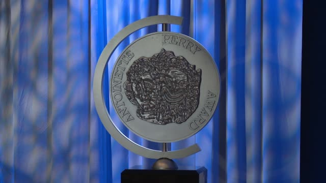 vídeos y material grabado en eventos de stock de atmosphere signage at 2018 tony awards nominations announcement at the new york public library for the performing arts on may 01 2018 in new york city - premios tony