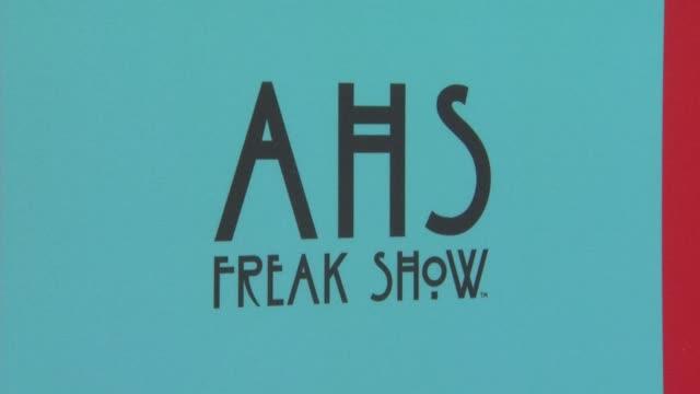 """signage at """"american horror story: freak show"""" los angeles premiere at tcl chinese 6 theatres on october 05, 2014 in hollywood, california. - premiär bildbanksvideor och videomaterial från bakom kulisserna"""