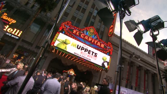 atmosphere signage at disney's muppets most wanted los angeles premiere at the el capitan theatre on march 11 2014 in hollywood california - el capitan theatre bildbanksvideor och videomaterial från bakom kulisserna