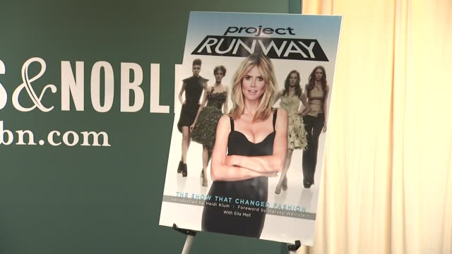 vídeos y material grabado en eventos de stock de signage at heidi klum heidi klum signs copies of project runway the show that changed fashion at barnes noble 5th avenue on july 13 2012 in new york... - barnes & noble