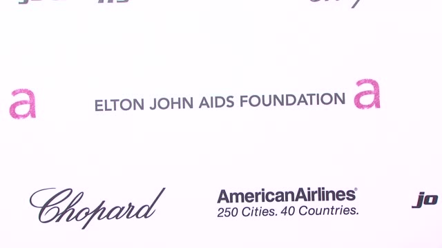 vídeos de stock e filmes b-roll de signage at the 19th annual elton john aids foundation academy awards viewing party part 2 at west hollywood ca - festa do óscar