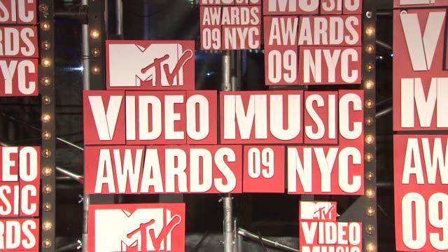 signage at the 2009 mtv video music awards at new york ny - アトモスフィア点の映像素材/bロール