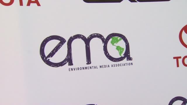 vídeos y material grabado en eventos de stock de signage at the 2011 environmental media awards at burbank ca. - environmental media awards