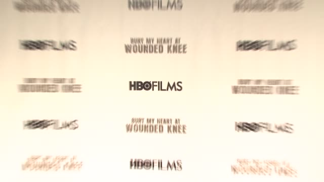 vidéos et rushes de signage at the 'bury my heart at wounded knee' premiere at the american museum of natural history in new york, new york on may 23, 2007. - museum