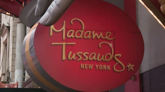 vídeos de stock e filmes b-roll de atmosphere signage at the madame tussauds® new york launches give melania a voice experience at madame tussauds on april 25 2018 in new york city - madame tussauds
