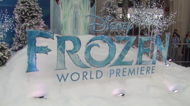 vídeos de stock, filmes e b-roll de atmosphere signage at walt disney animation studios'frozen los angeles premiere in hollywood ca on - walt disney animation studios