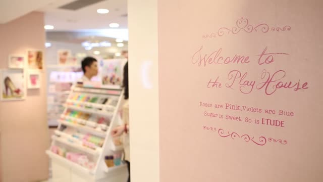 vídeos de stock, filmes e b-roll de signage for amorepacific corps etude house store is displayed in the causeway bay district of hong kong china on tuesday aug 19 reflection of signage... - ilha de hong kong
