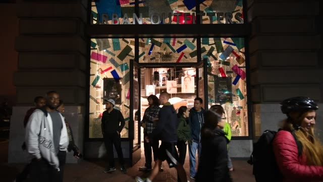vídeos de stock, filmes e b-roll de signage for an urban outfitters inc store is seen on the facade of the company's store in san francisco california us on friday nov 18 2016 shots... - fachada