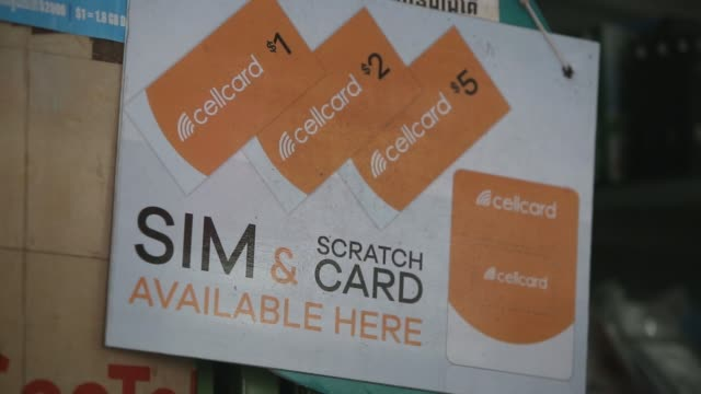 vidéos et rushes de signage for cellcard is displayed at a smartphone store counter in phnom penh cambodia on wednesday sept 14 various telecom cards sit on display at a... - asiatique de l'est et du sud est