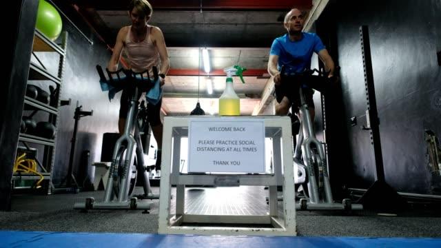stockvideo's en b-roll-footage met covid signage in een sportschool herinneren klanten aan sociale afstand - heropening