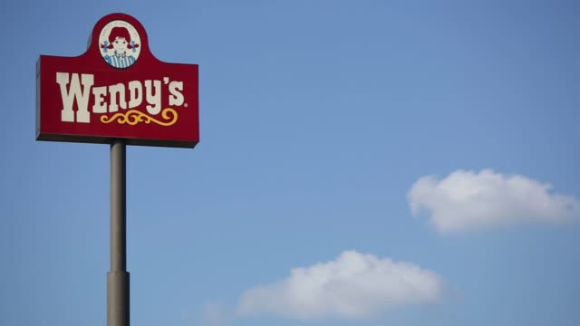 vidéos et rushes de signage stands outside a wendy's fast food restaurant in springdale arkansas us on tuesday july 28 2015 wendy's next quarterly earnings are due out... - cuisine rapide