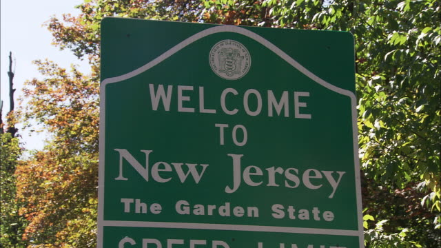 vídeos de stock e filmes b-roll de welcome to new jersey signage - nova jersey