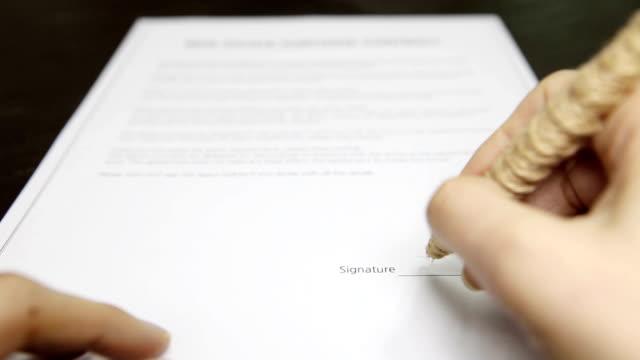 vídeos de stock, filmes e b-roll de assinatura de sucesso - formulário de aplicação