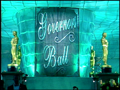 vídeos y material grabado en eventos de stock de sign/banner at the 1999 academy awards governor's ball at the shrine auditorium in los angeles california on march 21 1999 - 71ª ceremonia de entrega de los óscars