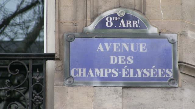 vídeos de stock e filmes b-roll de cu signboard of avenue des champs-elysees / paris, ile de france, france - escrita ocidental
