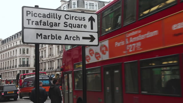 stockvideo's en b-roll-footage met ws signboard on regents street and red london buses moving / london, greater london, uk   - greater london