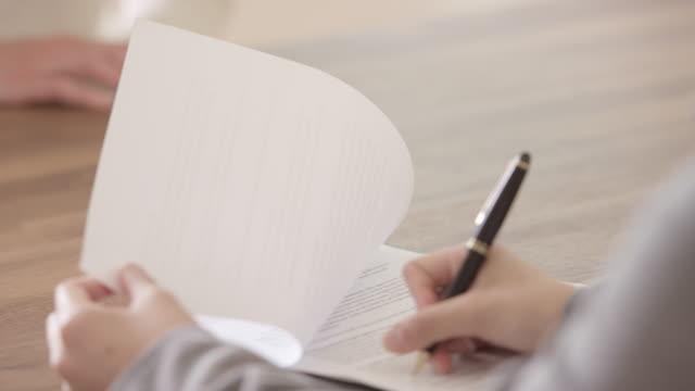 vidéos et rushes de signature d'un contrat de travail - recrue