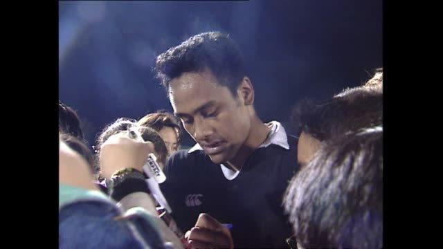 vidéos et rushes de signing autographs for children following trial match comments after learning of selection - autographe