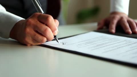 signieren des offiziellen dokuments - abmachung stock-videos und b-roll-filmmaterial