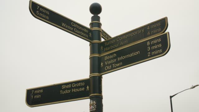 las signpost in margate, uk - wegweiser stock-videos und b-roll-filmmaterial