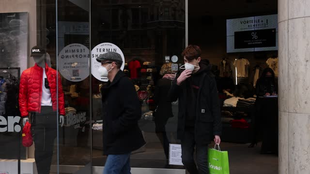 vidéos et rushes de signs in the window of a store advertise that shopping is possible with prior appointment booking in the city center at first spring weekend during... - limite