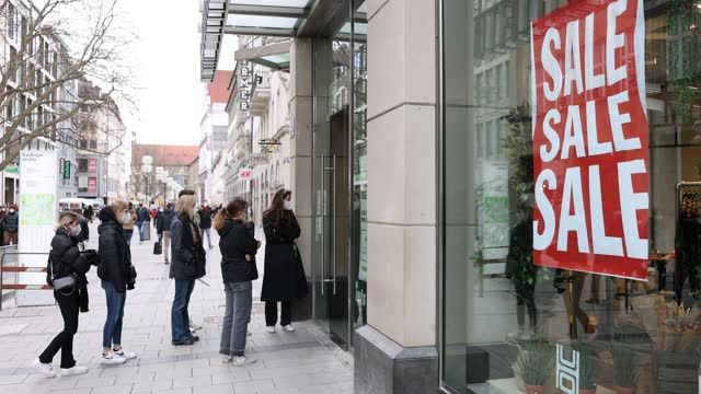 signs in the window of clothing retailer h&m advertise sales in the city center at first spring weekend during the coronavirus pandemic on march 20,... - sale stock-videos und b-roll-filmmaterial