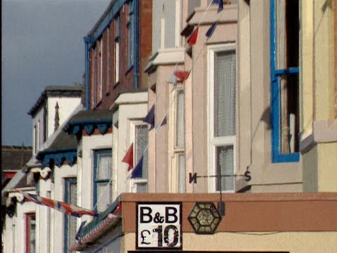 signs in windows of bed and breakfast lodgings in blackpool; 1990s - vacancyサイン点の映像素材/bロール