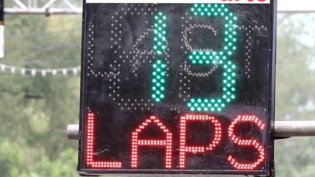 vidéos et rushes de panneaux de led pour informer leur pilote de course automobile des tours - en dernier