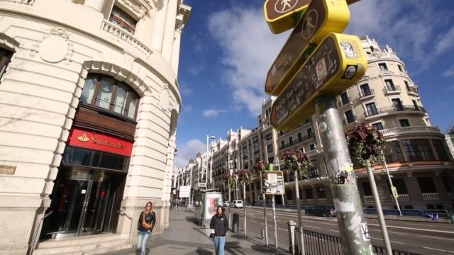 vídeos de stock e filmes b-roll de signs, lights and architecture on calle gran via, madrid, spain, europe - banco edifício financeiro