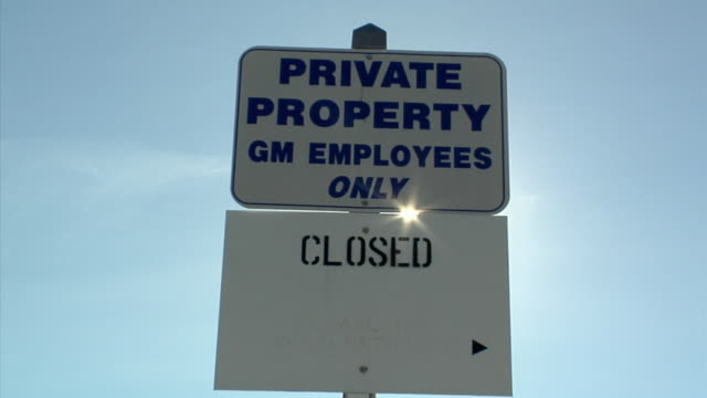 cu, signs outside closed general motors auto assembly plant against clear sky, lansing, michigan, usa - lansing stock videos & royalty-free footage