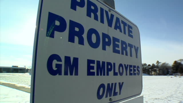 cu, td, signs outside closed general motors auto assembly plant against clear sky, lansing, michigan, usa - general motors stock videos & royalty-free footage