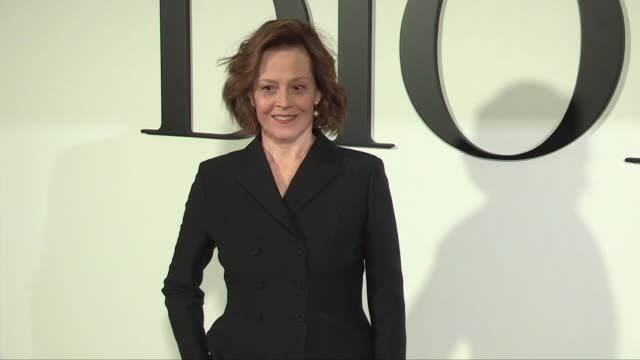 stockvideo's en b-roll-footage met sigourney weaver and her daughter charlotte simpson pose for the photographers at the dior ready to wear fall winter 2020 fashion show in paris.... - sigourney weaver
