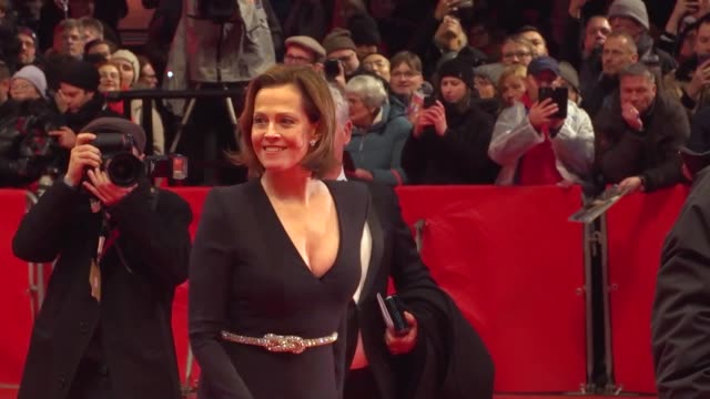 stockvideo's en b-roll-footage met sigourney weaver at berlinale opening 2 on february 20, 2020 in berlin. - sigourney weaver