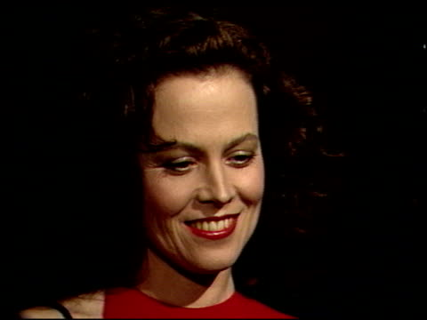 stockvideo's en b-roll-footage met sigourney weaver at the 1989 golden globe awards at the beverly hilton in beverly hills, california on january 28, 1989. - sigourney weaver
