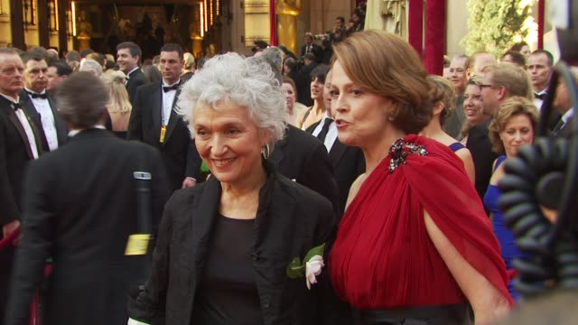 stockvideo's en b-roll-footage met sigourney weaver at the 82nd annual academy awards - arrivals at hollywood ca. - sigourney weaver