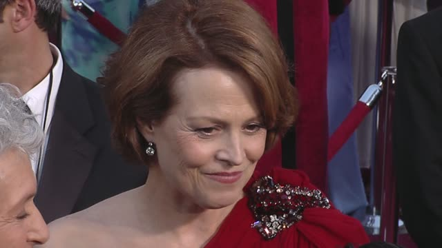 stockvideo's en b-roll-footage met sigourney weaver at the 82nd annual academy awards - arrivals part 2 at los angeles ca. - sigourney weaver