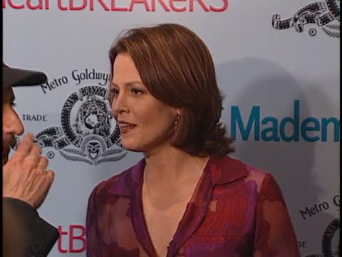 stockvideo's en b-roll-footage met sigourney weaver at the heartbreakers premiere at el capitan theater, hollywood in hollywood, ca. - sigourney weaver