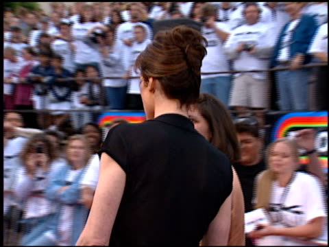 stockvideo's en b-roll-footage met sigourney weaver at the 'independence day' premiere on june 25, 1996. - sigourney weaver