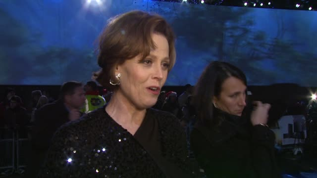 stockvideo's en b-roll-footage met sigourney weaver on how spectacular the film is, how wonderful it was to work with james cameron again and how although there are similarities to her... - sigourney weaver