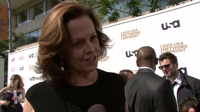 vidéos et rushes de sigourney weaver on why she wanted to come back to television on her new show political animals on playing a politician on what people can expect... - sigourney weaver