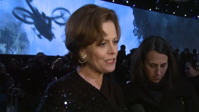 stockvideo's en b-roll-footage met sigourney weaver on working with james cameron again, on his directing, on the films technical prowess at the avatar world premiere at london england. - sigourney weaver