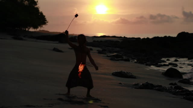 ms sihouette of rasta man spinning fire on beach with sunrise / montezuma, punteranes, costa rica - kelly mason videos 個影片檔及 b 捲影像
