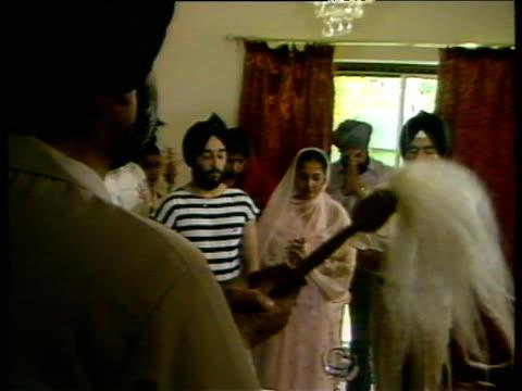 vidéos et rushes de sikh intellectual leads prayers inside home middlesex jun 84 - coiffe traditionnelle