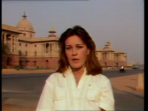 """vidéos et rushes de sikh temples heavily policed as they celebrate festival; india: delhi: ext cms jane corbin with govt hse in b/g, i/c sof: """"both india -- here in... - fête religieuse"""