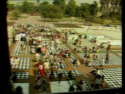 vidéos et rushes de sikh temples heavily policed as they celebrate festival; india: delhi: ext burnt out bldg tilt down sikh workmen clearing rubble sikh workman... - fête religieuse