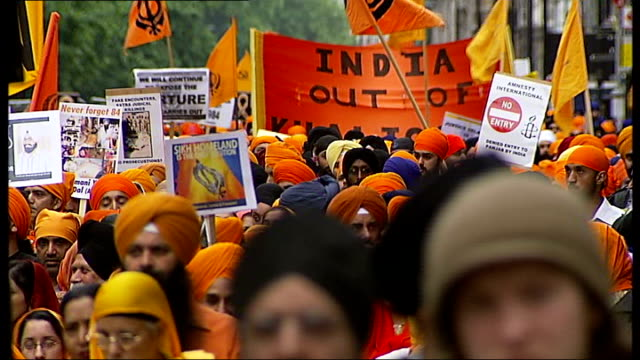 Sikhs march through London to commemorate massacre ENGLAND London London EXT Various general views of Sikhs marching to commemorate the 1984 attack...