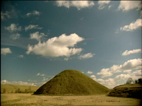 wa silbury hill, wiltshire, united kingdom - avebury stock videos & royalty-free footage