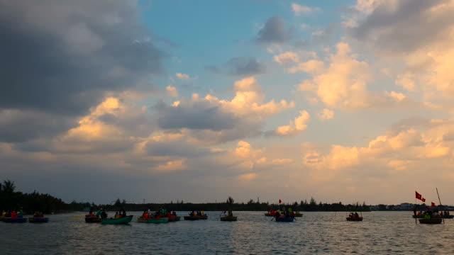 vídeos de stock e filmes b-roll de silhouette fishermsn fishing on basket boat - aldeia de pescador