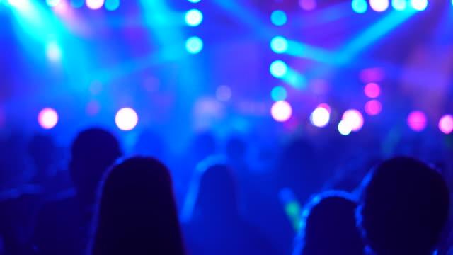 silhouette hände publikum menge leute genießen die partei clubkonzert, feiern silvesterparty, verschwommene nacht club party-musik tanzen klang, party menschen verwischt hintergrund - zuschauerraum stock-videos und b-roll-filmmaterial